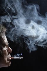 Das Rauchen mit Totenkopf als Schatten