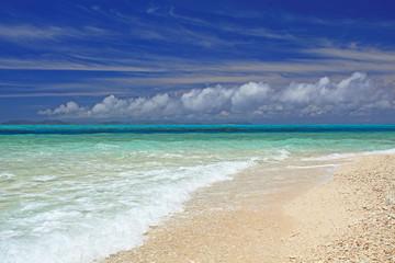 打ち寄せる波と晴れ渡る空
