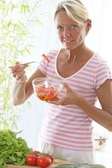 Femme - Salade de tomate
