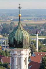 Kirchturm und Minarett