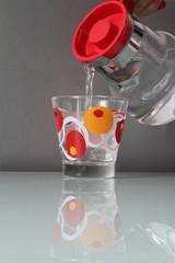 Acqua versata nel bicchiere con una brocca