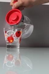 Versare acqua nel bicchiere