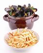moules marinières et frites sur fond blanc