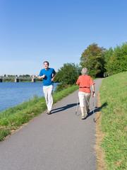Jung und Alt beim Laufen