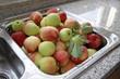 Äpfel im Spülbecken
