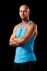 attraktiver sportlicher Mann vor schwarzem Hintergrund