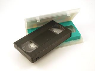 Видеокассеты с футляром на белом фоне