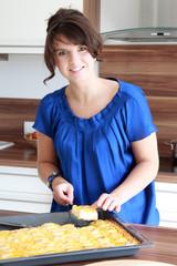 Hausfrau in der Küche beim backen