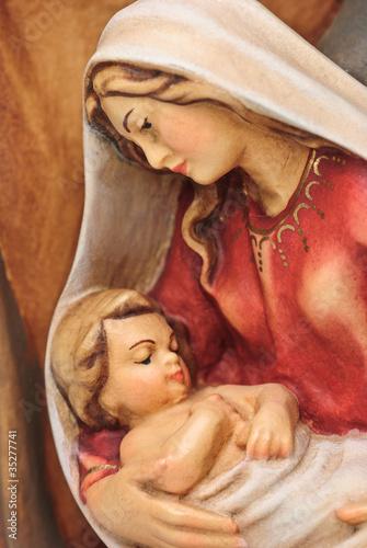 Zdjęcia na płótnie, fototapety na wymiar, obrazy na ścianę : Weihnachtskrippe Holzfigur Josef und Maria mit Jesus im Arm