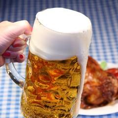 Frau hält Bierkrug