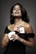 mujer atractiva jugando al poker escondiendo un as en el vestido