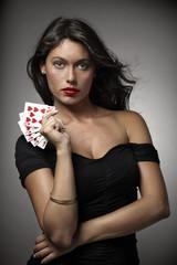 mujer atractiva jugando al poker con escalera de color