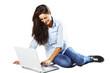 chica joven sonriendo con ordenador portatil
