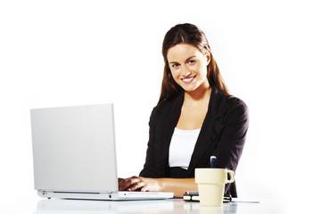 mujer atractiva trabajando con ordenador en fondo aislado