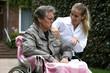 Rollstuhlfahrer mit Ärztin