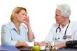 Frau mit Migräne beim Arzt