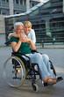 Rollstuhlfahrerin in der Stadt