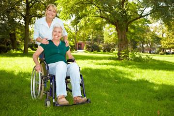 Rollstuhlfahrerin auf Wiese
