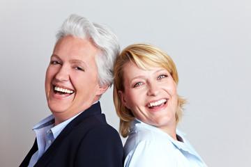 Lachende Seniorin und Tochter