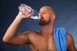 Sportler beim trinken nach dem Training