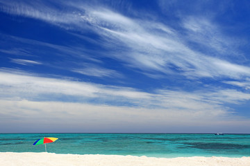 晴れ渡る爽快な空と海