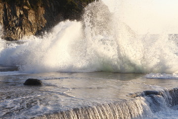 La forza del mare agitato - Onde e spruzzi