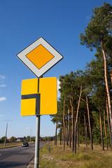 Znak drogowy,droga z pierwszeństwem