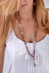Décolleté de jeune-fille blonde avec collier