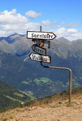 Hinweisschilder auf dem Penserjoch in Südtirol