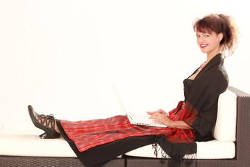 Bayerische Frau in Tracht beim ausruhen