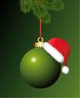 Grüne Christbaumkugel mit Mütze und Tannenzweige