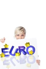 blonde frau zeigt euro schild
