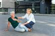 Passantin hilft Seniorin