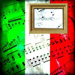 Spartito musicale su bandiera italiana con cornice