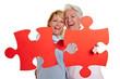 Mutter und Tochter halten Puzzle