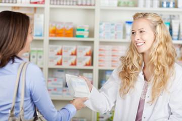 kundin kauft medikamente