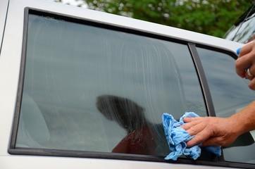 Pulizia vetro auto