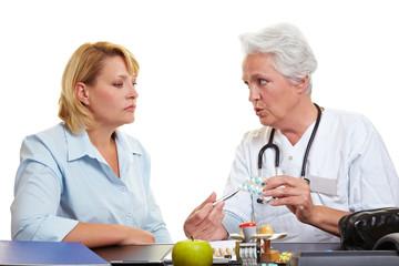 Ärztin berät bei Medikamenten