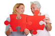 Frauen halten rotes Puzzle