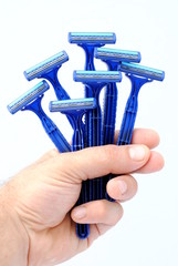 man hand holding seven disposable blu razors