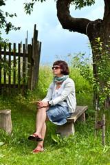 Frau sitzt auf der Bank