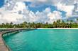 Tropische Insel. Strand mit Palmen. Blauer Himmel