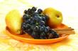 Birnen und Weintrauben auf Porzellanteller / Pears and grapes on