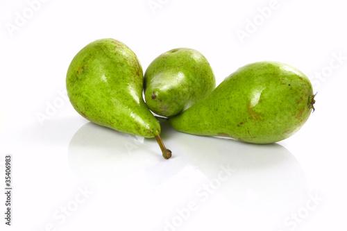 grüne Birnen auf weißem Hintergrund / green pear on white backgr