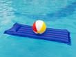Leinwandbild Motiv Luftmatratze und Wasserball im Pool