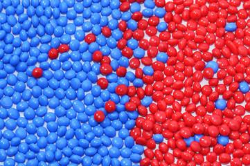 blau-rotes Kunststoffgranulat