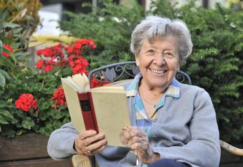 Seniorin im Garten 9