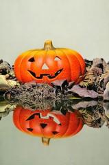 Calabaza de Halloween reflejada en el agua.