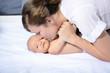 Mutter und Kind beim kuscheln