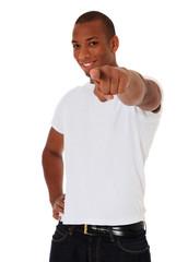 Dunkelhäutiger junger Mann zeigt mit dem Finger